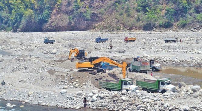 स्थानीय तह र निर्माण व्यवसायीबीच विवाद : रोकियो महाकाली नदीबाट उत्खनन